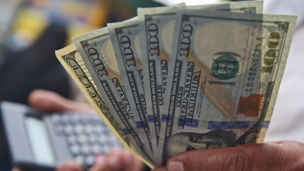 Dólar empieza la jornada retrocediendo.