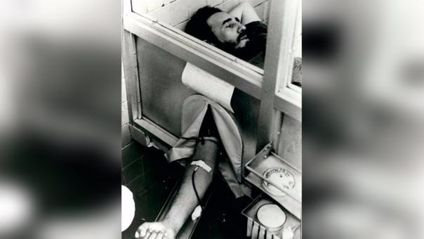 Fidel Castro donando sangre en 1970.