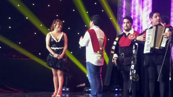 Magaly fue sorprendida por su novio que le cantó en vivo