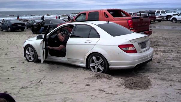 ¿Cómo sacar un carro atascado en la arena?