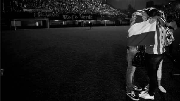 Las hipótesis sobre la tragedia continúan mientras que los fanáticos y familiares del club brasileño buscan consuelo.