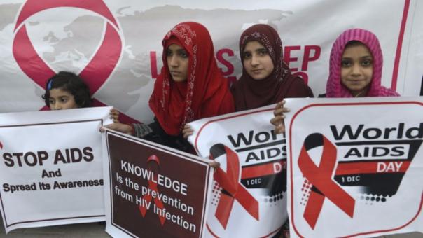 Un grupo de activistas pakistaníes en el Día de la Lucha Contra el SIDA. Según la Unicef,  1,1 millones de adolescentes, niños y mujeres contrajeron el virus el año pasado