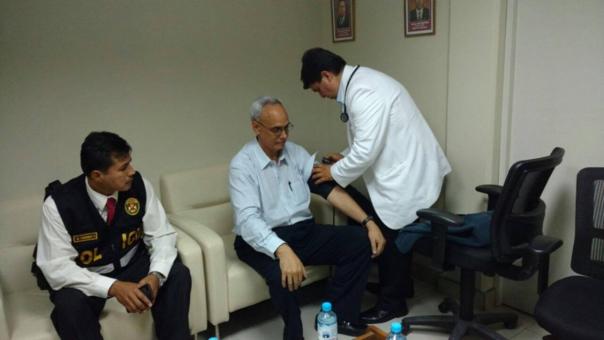 Manuel Burga pasó exámenes médicos supervisado por la Policía Nacional.