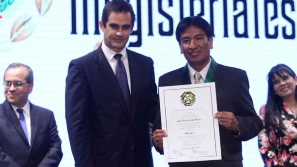 Jaime Saavedra entregó a Cadillo las palmas magisteriales en grado Maestro en 2015.