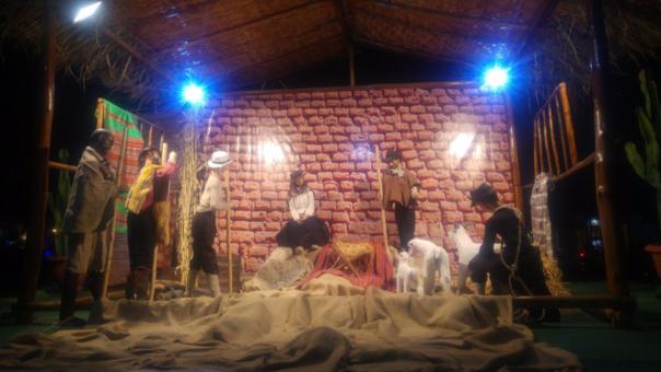 Dentro de la decoración navideña se exhibe un nacimiento andino en la Plaza de Armas de Piura.