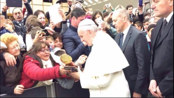 Papa Francisco recibe artesanía cusqueña