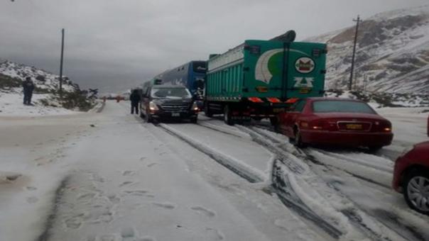 Carretera Central cubierta de nieve dificulta el pase en Pasco