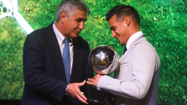 Trauco recibe el premio a mejor jugador de la Copa Movistar.
