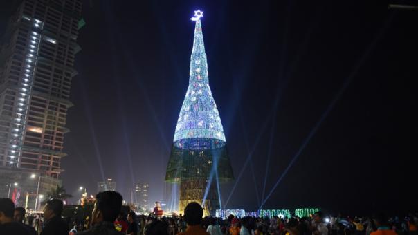 a pesar de ser un adorno para la celebracin de navidad una fiesta cristiana la iglesia catlica local se opuso a la construccin de rbol fuente afp