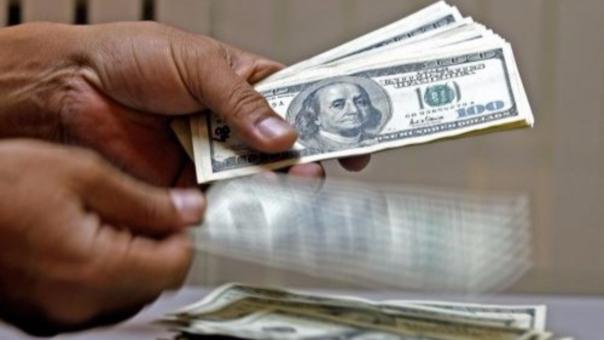 El precio del dólar retrocede frente al sol al inicio de la sesión cambiaria de hoy.