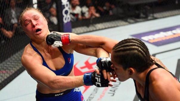 Ronda Rousey recibiendo un derechazo de Amanda Nunes.