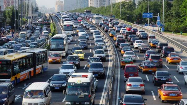 Según el estudio, las personas que viven cerca a calles en las que hay mucho tráfico sufren más riesgo de sufrir demencia.