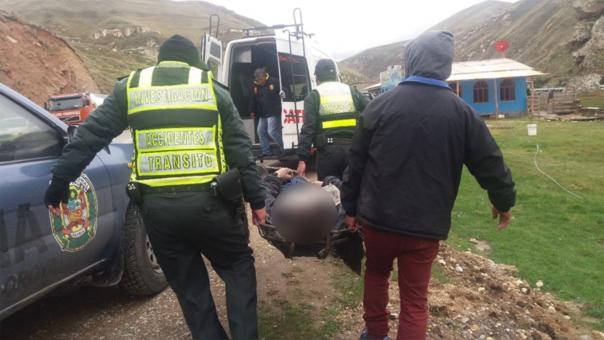 Policías de tránsito rescatan cadáver en La Oroya.