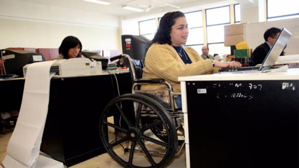 El 2012 entró en vigencia la ley que establece que las empresas privadas, con más de 50 personas, deben contar con una cuota de 3% de empleados con discapacidad y el púbico de 5%.