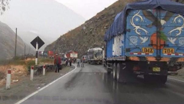 Gran congestión vehicular en la Carretera Central por deslizamientos.