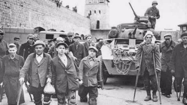 El régimen nazi también persiguió y asesinó a personas con discapacidad, gitanos, homosexuales, afrodescendientes, testigos de Jehová, católicos, y otros grupos que consideraba