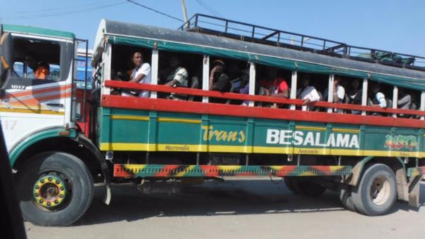 El transporte en camiones es muy común en Madagascar.