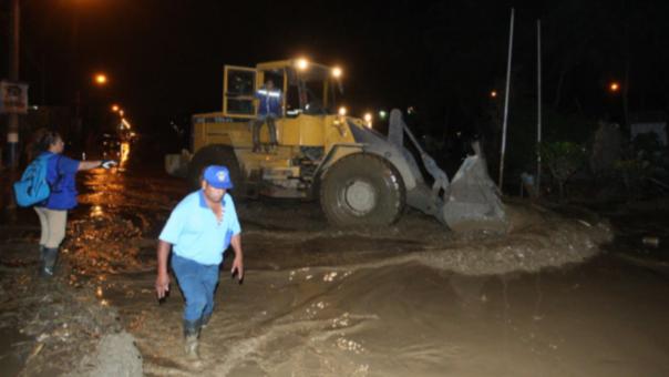 Las máquinas están sacando el fango de las vías. En el Puente Huaycoloro se instalará una estructura metálica para permitir el paso de los vehículos.