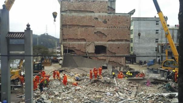En un principio se informó de cuatro edificios derrumbados, pero las últimas informaciones indican que fue tan solo uno.