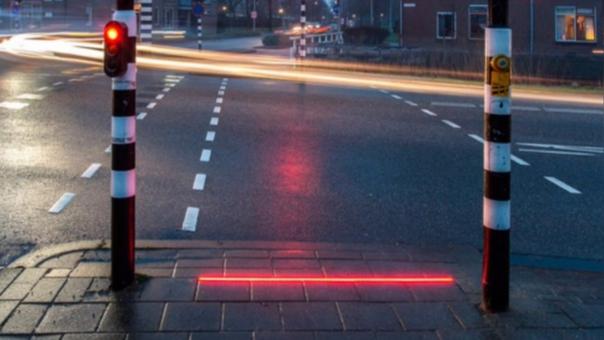 Instalan semáforos en el suelo en Holanda