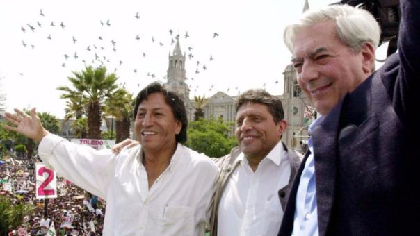 Alejandro Toledo y Mario Vargas Llosa en un mitin en 2001.