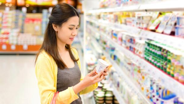 Para elegir un buen yogur se debe leer la información nutricional, revisar cuánto es el tamaño de porción y cuántos carbohidratos contiene.