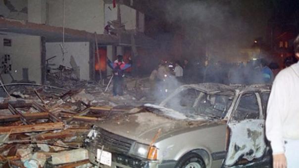 Los coche bomba eran una de las armas usadas por Sendero Luminoso. En la imagen la calle Tarata en Miraflores tras la explosión que dejó 25 muertos.