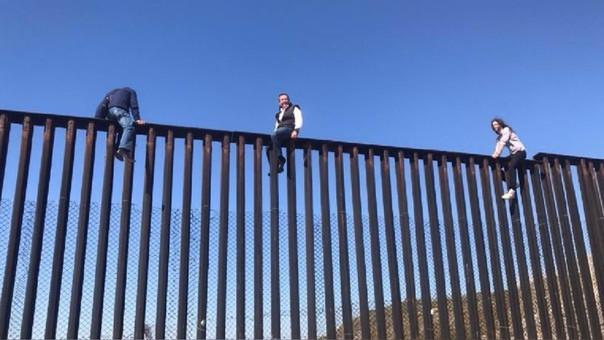 El muro entre Tijuana y San Diego. Un diputado mexicano desafió a Donald Trump y escaló el muro