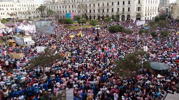 Imagen de la marcha en la Plaza San Martín donde hubo un mitin al final de la jornada sabatina.