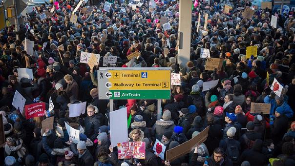 Los principales aeropuertos de Estados Unidos se vieron abarrotados por protestantes ante la primera medida migratoria.