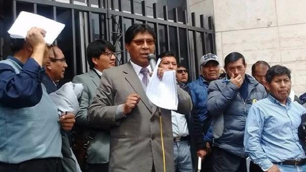 Alcalde y dirigentes improvisaron meda de dialogo en frontis de municipalidad.