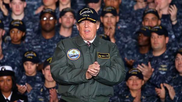 La semana pasada Donald Trump visitó a un grupo de tropas.