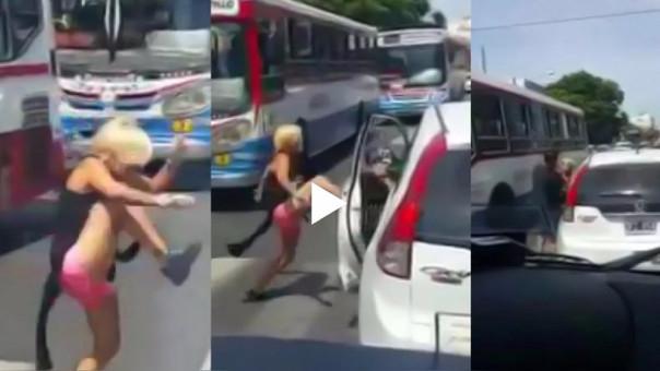 La mujer agredió al conductor de la camioneta en medio de la pista.