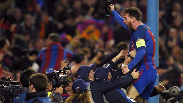 Lionel Messi celebra con los hinchas el sexto gol del Barcelona, el de la clasificación.