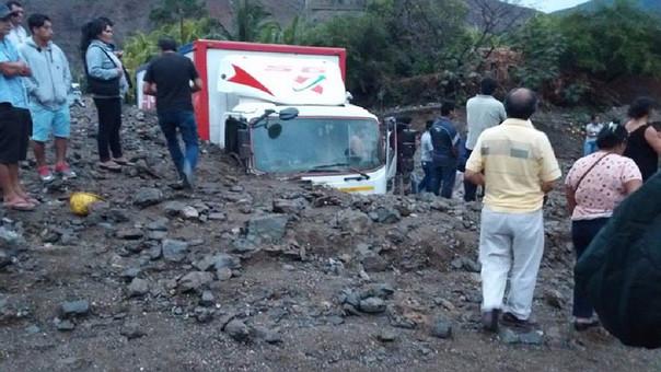 Camión quedó semienterrado por los huaicos.