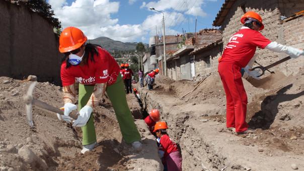El programa Trabaja Perú tiene el objetivo de generar empleo temporal mediante mano de obra no calificada, beneficiando a hombres y mujeres en zonas de pobreza y pobreza extrema.