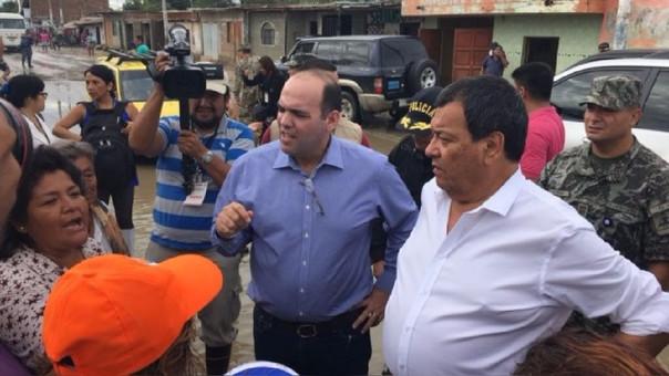 Fernando Zavala supervisó zonas del desastre en el norte del país junto al ministro de Defensa Jorge Nieto.