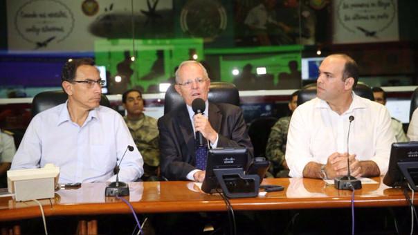 El presidente PPK con el primer ministro, Fernando Zavala y el ministro de Transportes, Martín Vizcarra en el Coen.