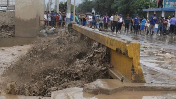La violencia con la que el agua golpea los cimientos del puente Huaycoloro.