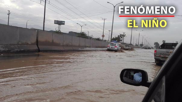 El río Chillón se desbordó e inundó la Panamericana Norte
