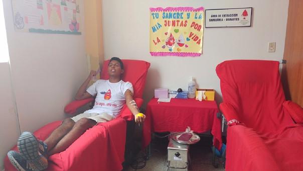 Jóvenes donan sangre para familias damnificadas