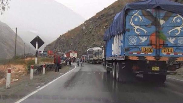 Solo un carril está habilitado para ambas direcciones por los deslizamientos de rocas y tierra.
