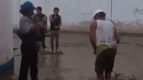 El hombre de casco blanco zapateó en el agua al ritmo de la canción.