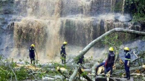 El equipo de rescatistas continúa trabajando para recuperar otros posibles cadáveres más.