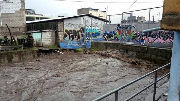 Según explicó El Comercio de Ecuador, las lluvias de este miércoles provocaron el desborde del río Capulí, al sur de Quito, que afectó a un colegio que tuvo que ser evacuado.