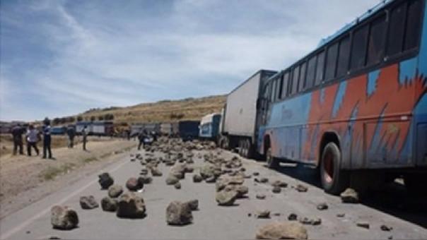 Gran parte de la carretera binacional fue bloqueada dejando varados vehículos.
