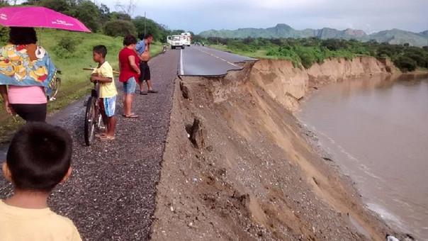 Río Ñaupe se llevó parte de la vía