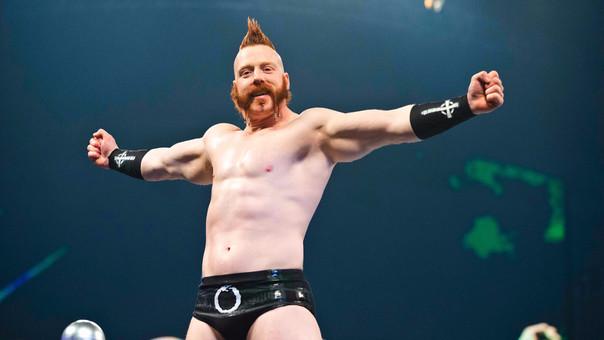 Stephen Farrelly también conocido como Sheamus mide 1.93 metros y pesa 121 kg.
