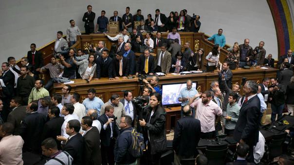 La oposición combate a Maduro desde el Parlamento, donde tiene mayoría desde enero de 2016.
