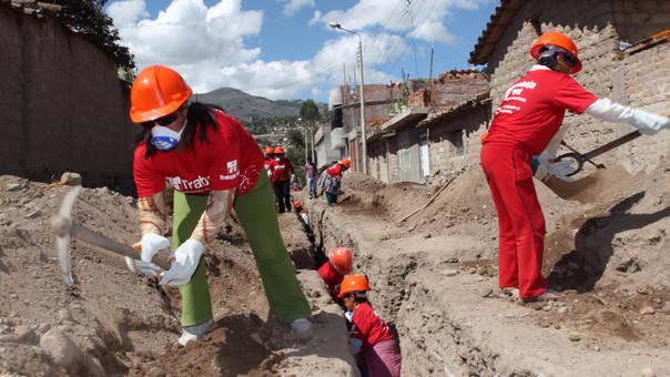 Programa Trabaja Perú genera empleo temporal mediante mano de obra no calificada, beneficiando a hombres y mujeres en zonas de pobreza y pobreza extrema.